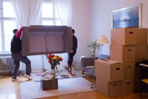 Auspackservice von Kleinow Umzüge hilft beim Aufstellen von Möbeln.
