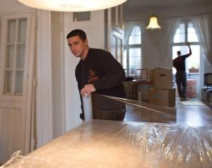 Emballieren, das sichere Verpacken von Möbeln schützt das Umzugsgut