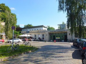 S-Bahnhof Berlin Lichterfelde (Copyright: Peter Kuley) - Eigenes Werk, CC BY-SA 3.0, https://commons.wikimedia.org/w/index.php?curid=21030381)